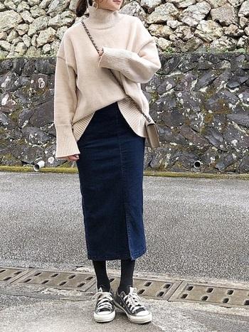 タイトなシルエットのデニムスカートは、きれいめコーデに最適!シルエットが気になるときには、ゆったりとボリュームのあるトップスをあわせるのがおすすめです。ロング丈のトップスならお尻や腰まわりもきれいにカバーしてくれます。