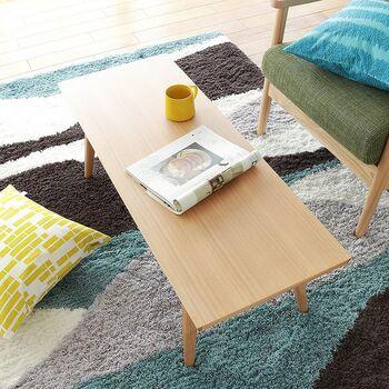 飽きのこないシンプルなデザインのテーブルは、北欧デザインらしいポップな雑貨アイテムの可愛さを引きたてます。美しいテーブルの木目が、自然を大切にする北欧を感じさせます。