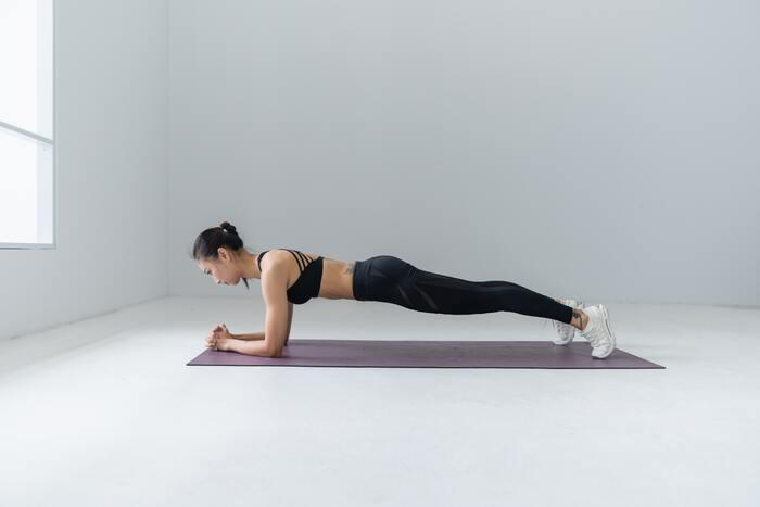プランクとは体幹トレーニングの基本メニューの一つで、plank=板の様に腹筋に力を入れて、体をまっすぐに伸ばした姿勢をつくることを言います。一見とても簡単で「それだけ?」と思う方もいらっしゃるかもしれませんが、実際にやってみると30秒も姿勢をキープできない事も。