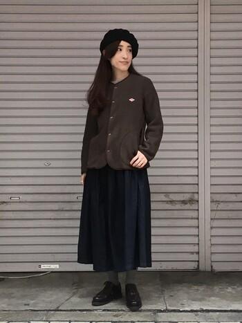 全体をダークトーンで揃えて、デニムプリーツスカートを大人っぽく上品にコーディネート。ベレー帽や革靴、チャコールグレーのタイツをあわせてシックに。品のよいユニフォームのようで。マネしたいコーデです。