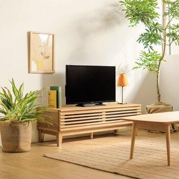シンプルながら、収納部分を目隠しできるテレビボード。テレビ周りをスッキリと片付けることができ清潔感のある部屋に仕上げられます。ナチュラルな部屋に馴染む優しい色味も◎