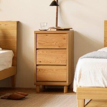 気取らないベーシックなデザインですが、ずっと長く使える3段のミニチェストは、ベッドサイドに丁度良いサイズ。表情豊かなオーク無垢材を使用しているため、インテリアに馴染みやすくシンプルながら味のある空間を作ってくれます。