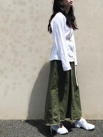 カジュアルな印象のカーキのデニムスカートに、オーバーサイズの白Tを合わせて、ゆるくこなれ感のある着こなしに。ベルトでウエストマークすることで、視線を程よく上に持っていくことができ、スタイルアップ効果もありますよ。