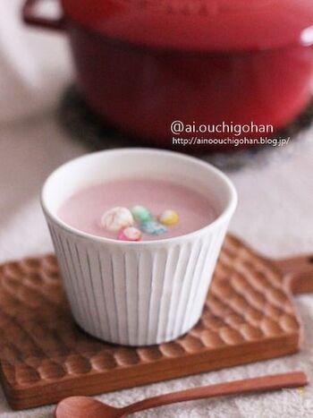 ほんのりとしたピンクが可愛いポタージュスープは、定番の材料に赤かぶを加えています。生クリームの代わりに牛乳を使うことであっさりまろやか。ひな祭りなら、カラフルなあられをトッピングしてみましょう。