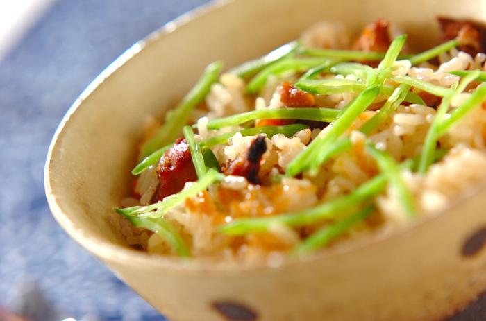 味が濃いめの焼き鳥缶は、炊き込みご飯によく合う缶詰のひとつです。仕上げに別茹でしたキヌサヤを細切りにして散らすことで、見栄えよく仕上がります。おもてなしご飯としても活躍してくれますよ。