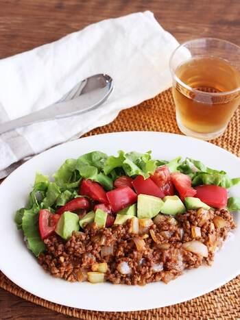 こちらのタコライスは、チリパウダーをの代わりに少しのカレー粉で味つけして辛さを控えています。栄養バランスがよく、10分でサッと作ることができるので、休日のお昼にぴったりです。