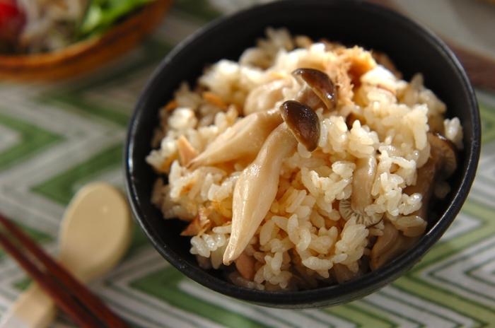 ツナもシメジも旨みが多い食材なので、シンプルな味付けでこれだけを材料にしても、十分に美味しい炊き込みご飯に仕上がります。大きめのシメジを混ぜて、頬張りたいですね。