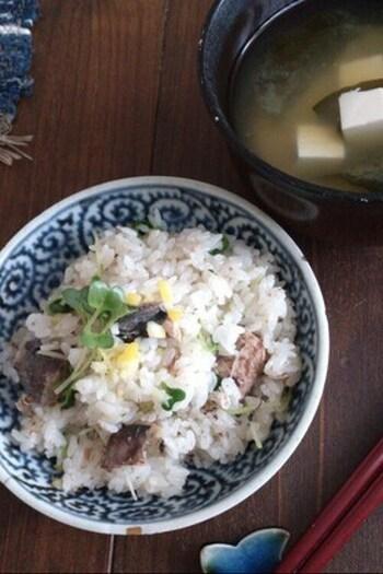 塩レモンを使った、さっぱりしたものが食べたいときにぴったりな炊き込みご飯です。  レモンの爽やかな風味は、サバ特有のクセも軽減してくれますよ。