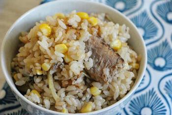 ごろんと大ぶりなサバ缶の身とともに、しゃっきりとしたコーン缶の美味しさを堪能できるレシピです。  生姜を加えることで、魚特有のクセを抑えることができます。きっと飽きずにぱくぱくとお箸が進みますよ。