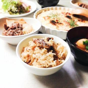 イワシの缶詰と生姜だけで、ぱぱっと炊き込みご飯を作れますよ。  一度、この手軽さと美味しさを知ったら、何度もリピートしたくなってしまうレシピです。