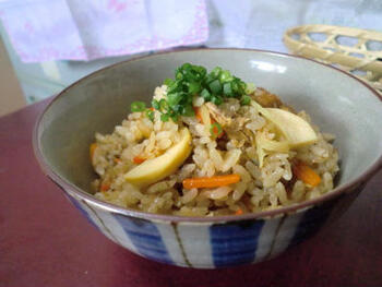 しょうゆ味のサバ缶を使った簡単炊き込みご飯です。  缶汁をそのまま使うので、味のベースがきちんと決まります。人参とタケノコを入れて、ボリュームもアップ!