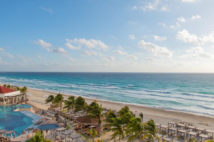 カンクンの街そのものが、細長くビーチに囲まれたエリアとなっていますが、その一部が特に豪華なリゾートエリアとなっておりホテルが立ち並んでいます。その約20kmにも及ぶエリアが「カンクン・ビーチ」と呼ばれており、連日多くの観光客が訪れている人気の観光スポットとなっています。
