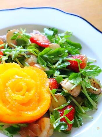 いちごと野菜が絶妙にマッチした味わいです。甘酸っぱいいちごのサラダ。美味しくてお箸がとまりません。