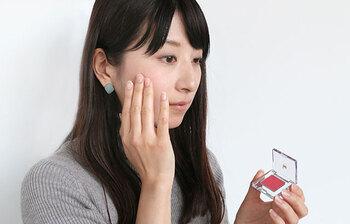 クリームチークを使うなら直接指でのせるのがおすすめ♪ スポンジでのせるのも良いですが、指の方が指の脂で肌に馴染みやすくもしてくれるんです◎ 指先に付けたクリームチークを頬の1番高いところに載せて円を描くようにポンポン叩きながら馴染ませていきましょう*