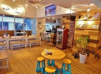 続いては、代々木公園駅・代々木八幡駅から徒歩5分ほどのところにある「ボンダイカフェヨヨギビーチパーク」です。シドニーのビーチをイメージしたお店で、ゆったりとした空間に癒されます。
