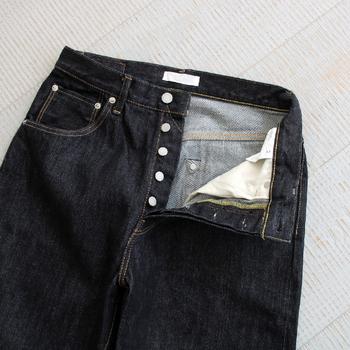 股上はファスナーではなく、ボタン閉じ。手作業によってしっかり丁寧に取り付けられており、長く愛用できそう。