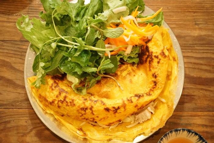 人気の「クリスピーバインセオ」は、野菜たっぷりのベトナム風のお好み焼き。料理と合う自然派ワインを置いているのもこちらのお店の魅力なので、ぜひ食事と一緒に楽しんでみてくださいね。