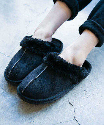長いフライト中、ずっと靴を履いているのも足がむくんで辛いですよね。足元をリラックスさせるためにもスリッパを持ち込むのがおすすめです!スリッパも中がふわふわしたものを選ぶと足先の冷え防止にもなりますよ*