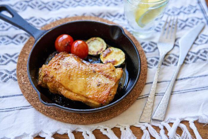 ステーキにピッタリのもも肉。スキレットを使って、お皿要らずで楽ちん! 塩コショウで下味をつけて、皮目から焼いていきましょう。皮目から焼くことで、旨みを閉じ込め、鶏独特の臭みを取ることが出来ます。染み出てきた余分な脂と水分を拭き取って、更にパリッと焼き上げてくださいね♪