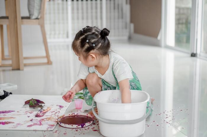身近にある素材、例えば新聞紙や包装紙、端切れ、トイレットペーパーの芯、段ボールに絵具、クレヨン等を使って、自由にアート作品を作ってみるのはいかがでしょうか?子どもと一緒に遊ぶことは労力がいりますが、子どもの優しい絵のタッチや自由な感性に触れることは大人にとって大きな癒しになります。
