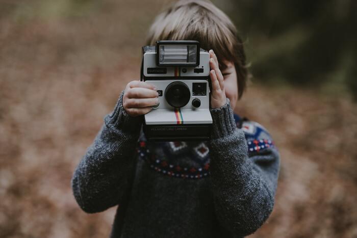 簡単に操作できる子ども用のカメラを持って天気の良い日はお外へGO!子どもがどんな風景を写真におさめるのか、大人もワクワクしいつものお散歩が何倍も楽しくなります。後から家族みんなで写真を見返して楽しみが広がります。さらにそれを一冊のアルバムにしてもいいですよね。大人には撮れない子どもならではの一枚にハッとさせられ、煮詰まっていた気持ちも解放されそう。