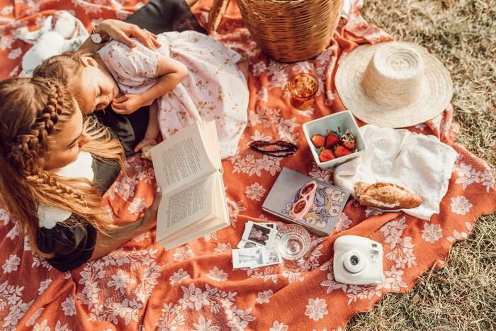 天気の良い日にはおしゃれなピクニックシートを持って、お子さまと一緒にピクニックを楽しむのもリフレッシュになりそう!お弁当なんてしっかり作らないで、出来合いのお惣菜や好きなおやつを持って気楽に楽しむのがコツ。天気が悪い日には家の中でピクニックを楽しんでも◎。