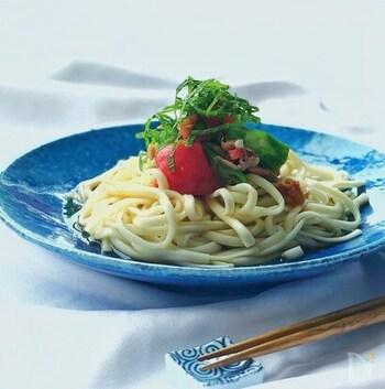 さっぱりを極めたい時のサラダうどんにおすすめ。梅干しとめんつゆ、はちみつ、ごま油でつゆを作ります。野菜にはオクラやトマトを使いますが、お好みの野菜でアレンジしてもOK。野菜はつゆとは別に、醤油と砂糖、ツナで和えておきましょう。うどんは乾麺を茹でて使っています。最後に乗せる青じそでさらにさっぱり感アップ♪