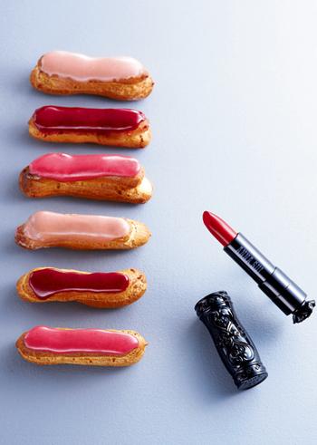 カシス、フランボワーズ、いちごのピューレを乗せてきれいなピンク色のエクレア。とろけるような艶やかなピューレがおしゃれ。美意識を高めてくれるようなスイーツです。