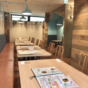 清潔感があるお店はお友だちと一緒に行きたいカフェという雰囲気。シェアして食べるのもいいですね。表参道駅のB2出口から歩いて約2分のところにあります。