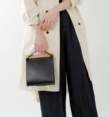 開口部のウッドと、バッグボディのレザーが絶妙なコンビネーションを見せてくれる「Yuruku」のハンドバッグ。マットで上品な国産の牛革を使用。直線的なデザインが洗練された印象で、周りとちょっと差をつけてくれそうです。