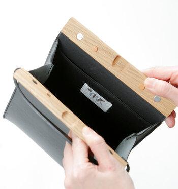開口部はマグネット式で、簡単に開け閉めできるので所作もスマート。短めのハンドル部分には、腕を通してクラッチバッグのように持つこともできます。