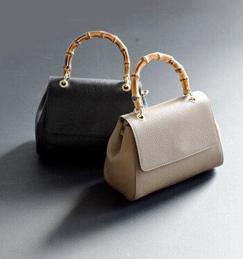 """バンブーハンドルがアクセントのハンドバッグは、上品な光沢とシボ入りの""""牛床革""""を使用。マチを幅広に取ることで収納力があり、ころんと丸みのあるシルエットが女性らしく魅力的。内側の両サイドにポケットがあるので、小物整理に便利です。"""