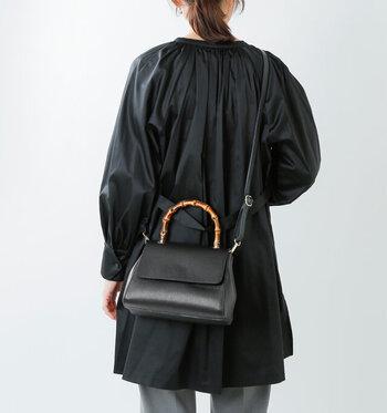 アジャスターで調節可能なショルダーベルト付き。オケージョンシーンではハンドバッグとしてだけでなく、肩からまっすぐかけたり、デイリーのお出かけではこんな風に斜め掛けで使うこともできますよ。