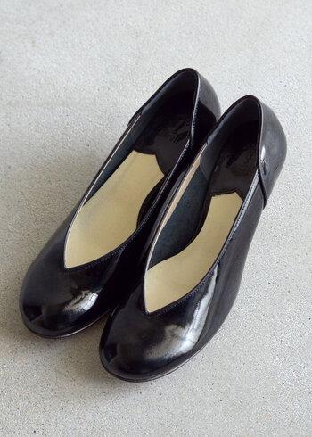 V字にカッティングされた「Royal Burnish」のパンプスは、甲高さんも履きやすく、足を美しく見せてくれるデザイン。エナメルの光沢感がドレッシーな印象で、セレモニーコーデに上品な華やかさをプラスしてくれます。