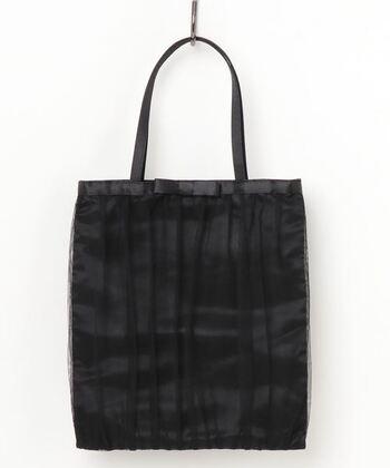 表面のチュールとシンプルなリボンがアクセントになったエレガントなサブバッグ。ひとつ持っておくと、セ入園・入学式はもちろん、パーティーや結婚式のお呼ばれにも使えて便利です。