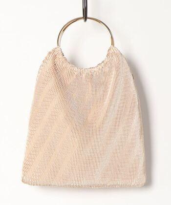 繊細なプリーツが印象的なサブバッグは、ゴールドの丸ハンドルがアクセント。半分に折りたたんでハンドルに腕を通せば、クラッチバッグのように持つこともできます。