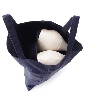 ミニバッグは、外で履いていたパンプスと携帯スリッパを分けて入れられる便利な仕切り付き。心遣いがうれしい使い勝手のよいアイテムです。