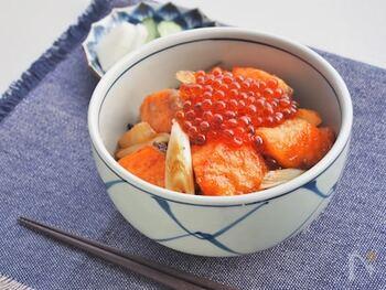 鶏の肉と卵を使うことで親子丼と言われているそうですが、鮭といくらで「海鮮親子丼」と読んでいる地域もあるそう。こちらは甘辛ガーリックバターで炒めた鮭やネギと、しょうゆ漬けのいくらで作る見た目も豪華で食欲をそそる親子丼です。ちょっとした記念日に良いかも。