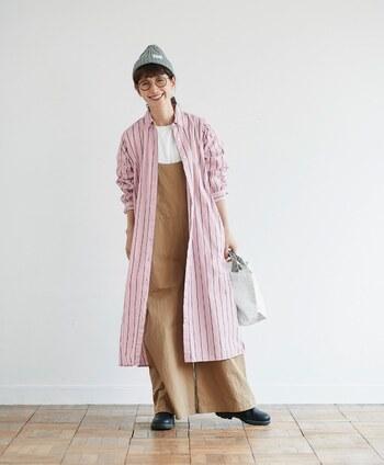 桜を連想させる爽やかなピンクには、グレーのストライプ模様が。大人の女性でも馴染むデザインに仕上がっています。 さっと羽織るだけで、コーデを華やかにしてくれる1枚。