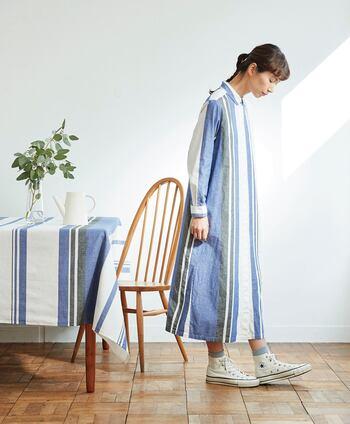 すらりと見える爽やかなストライプ。白とブルーのコントラストは春の空模様みたいに、清々しい気分にしてくれます。 コットンの味わいや、アシンメトリーの模様にも注目。潔く1枚で着こなしてデザインを楽しみたいアイテムです。