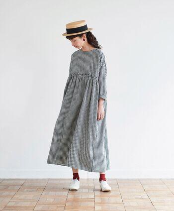 kazumiさんがこの春リアルに着たいワンピースをサニークラウズと一緒につくった1枚。甘すぎず、大人が可愛く着られるギンガムチェックを軽やかな〈シャトルノーツ〉の生地でふんわりと仕立てました。 1枚でさらりと着ても、肌寒い日はインナーにタートルを合わせても◎。ウエストの切替が高めになっていてバランスが綺麗に見えるので、スタイルアップも叶います。