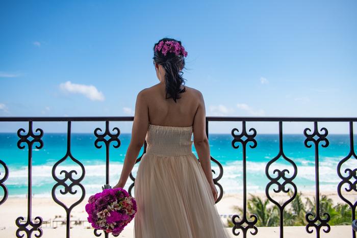 ハネムーンカップルだけではなく、お子様連れのご夫婦、結婚式は挙げていないけれど思い出を残したいというカップルにぜひおすすめしたい、カンクンでの「ウェディングフォト」プラン。カンクンの絶景スポット&最高なコンディションでとっておきの写真を撮影してもらうことができます。コバルトブルーに輝く海を背景に、プロだからこそ撮ってもらえる美しい写真の数々に感動してしまいます。
