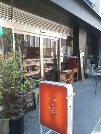 三鷹駅から歩いて10分もかからない場所にある、モリスケ+横森珈琲。その名の通り、シフォンケーキの専門店モリスケと姉妹店の横森珈琲が一つのお店になったカフェなんです。
