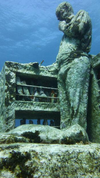 カンクンから船で約30分の場所に位置する、イスラ・ムヘーレス島の沖合にある「MUSA(海底美術館)」をご存知ですか?2010年に開設した海中にある美術館で、新たな観光スポットとして注目されていますよ。