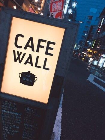 JR新宿駅から10分弱。東京メトロ 新宿3丁目駅からすぐの裏通りのビルの3階にあるカフェウォールは、ここにこんなにかわいいお店?と思うくらい店内が素敵なカフェ。