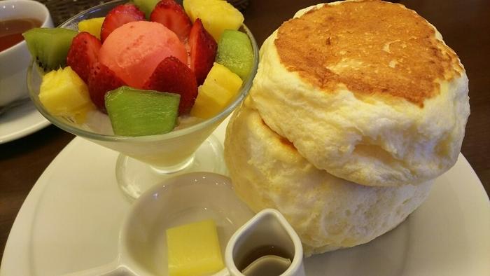 定番メニューも気になりますが、週末に訪れたらまずチェックしてみたいのが土日限定の月替わりメニュー。パンケーキとパフェがセットになったりと、贅沢な一皿が楽しめます。
