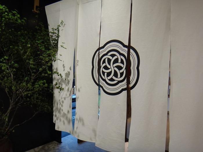 銀座POLAビルの中になる、真っ白な暖簾が目印のHIGASHIYA GINZA。店内も、お菓子もとにかくスタイリッシュで、銀座らしいゆったりとした時間を楽しめるお店です。