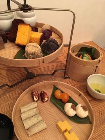 こちらで楽しめるのが和のアフタヌーンティー。お料理とお菓子が一緒に味わえるアフタヌーンティーですが、お料理も和菓子屋さんを感じるメニューで、何よりも見た目が芸術的なんです。