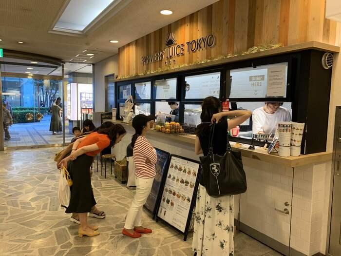 有楽町の東京交通会館1Fにある「FARMERS' JUICE TOKYO(ファーマーズ ジュース トーキョー)」は、生産者から直接仕入れたこだわりの食材だけを使っているのが特徴です。甘味や水なども一切使わず、素材をスロージューサーで搾った完全無添加の味をダイレクトに楽しめるのが魅力。