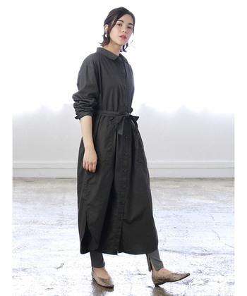 ベルト付きのシャツワンピースは、オフィスカジュアルにも使える優れもの。ウェストのめりはりで足長効果も抜群です。ベルトを後ろで軽く結べば、ゆったりした着こなしもできる2wayが嬉しいですね。 こちらは〈SEVENDAYS=SUNDAY〉のロングレギュラーシャツワンピース。シックなチャコールグレーで、知的な大人の女性らしさが光ります。
